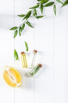 Huile de citron isolée sur une table en bois blanche