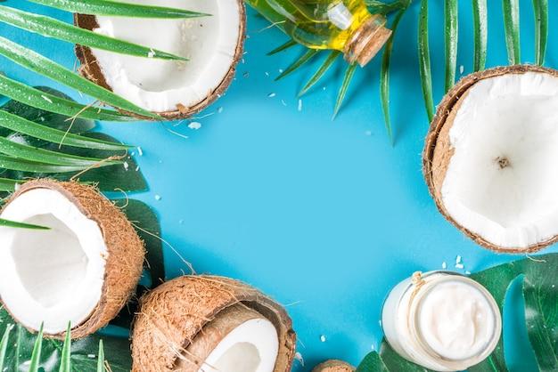 L'huile de coco avec des noix de coco fraîches. fond d'été tropical