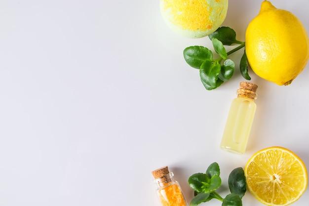 Huile cosmétique de citron sur blanc