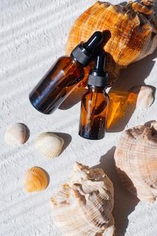 Huile cosmétique et coquillages. un récipient pour l'huile cosmétique. cosmétologie. soin de la peau. coquillage.