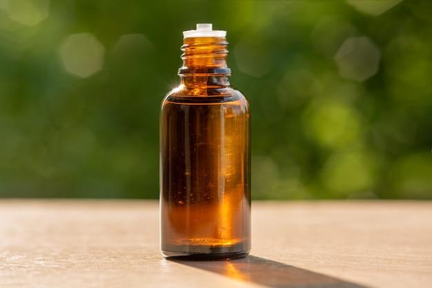 Huile cosmétique. essence de fines herbes. médecine de santé alternative. soin de la peau. l'été sur fond de boke. fermer.