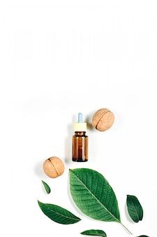 Huile cosmétique et médicinale de noix sur blanc
