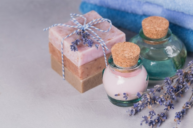 Huile cosmétique naturelle, crème et savon artisanal naturel à la lavande sur fond clair. soins de la peau saine. concept d'aromathérapie, de spa et de bien-être