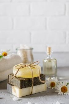 Huile cosmétique naturelle et savon artisanal naturel avec luffa. soins de la peau sains. concept spa
