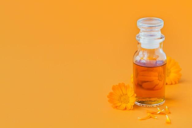 Huile cosmétique naturelle, teinture ou infusion aux fleurs de calendula sur orange