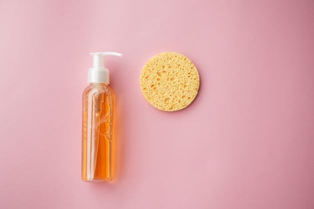 Huile démaquillante pour le visage ou gel nettoyant aux huiles.