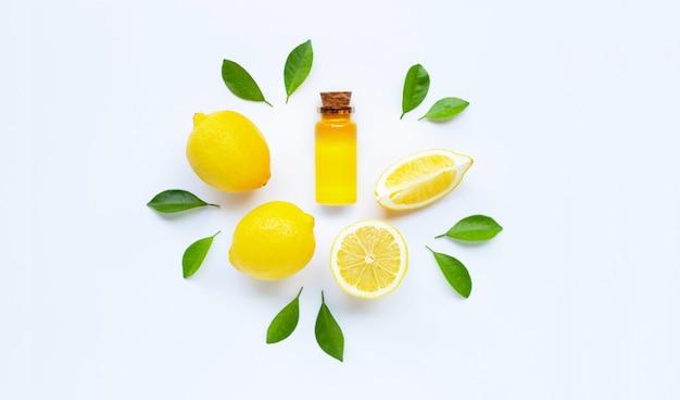 Huile essentielle au citron sur blanc.