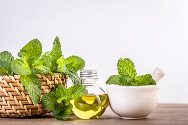 Huile essentielle aux arômes de menthe poivrée en bouteille