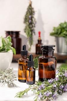Huile essentielle à base de plantes sur des bouteilles d'apothicaire vintage. huile aux herbes pour les soins de la peau, l'aromathérapie et la médecine naturelle