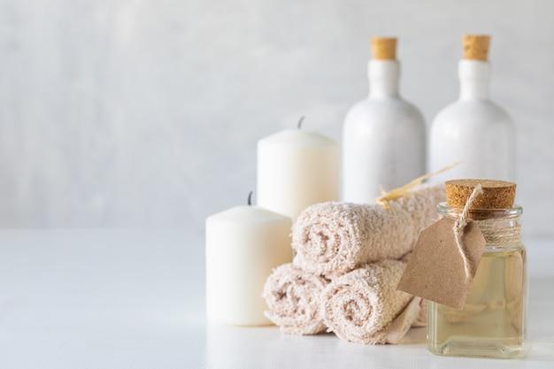 Huile essentielle, bougies et serviettes. concept de spa et de bien-être.