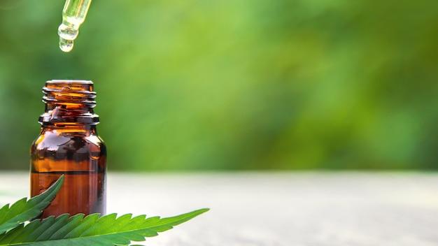 Huile essentielle de cannabis dans une petite bouteille. mise au point sélective. la nature.