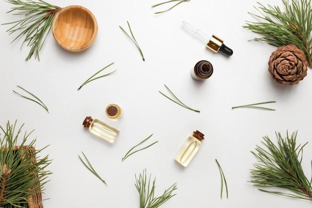 Huile essentielle de cèdre et de pin dans des bouteilles en verre. la vue du haut.