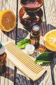 Huile essentielle de citron dans une petite bouteille. mise au point sélective.