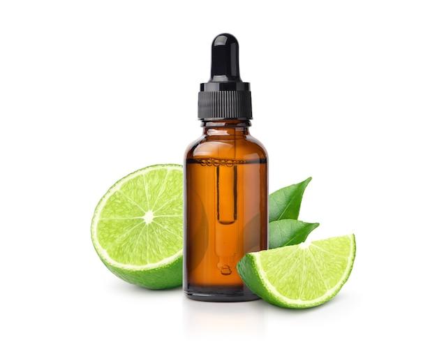 Huile essentielle de citron vert aux fruits et en tranches isolé sur fond blanc.