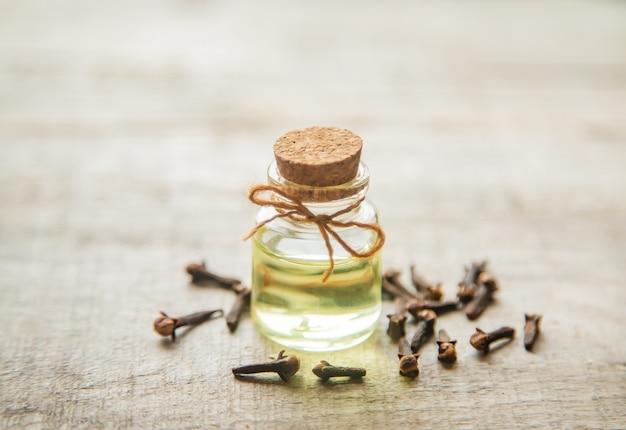 Huile essentielle de clou de girofle dans une petite bouteille. mise au point sélective.