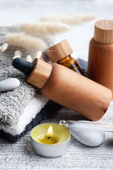 Huile essentielle dans des bouteilles réutilisables sur fond de bois. spa bio naturel avec emballage écologique