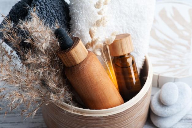 Huile essentielle dans des bouteilles réutilisables sur table en bois. spa bio naturel avec emballage écologique
