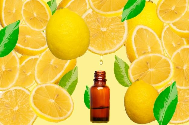 Huile essentielle dégoulinant d'une tranche de citron dans une bouteille sur fond jaune