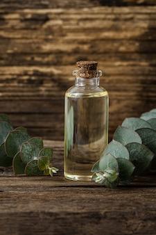 Huile essentielle d'eucalyptus et feuilles d'eucalyptus fraîches sur fond de bois. concept naturel.