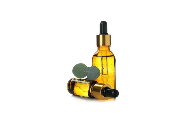L'huile essentielle d'eucalyptus en flacons compte-gouttes isolé sur fond blanc