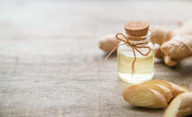 Huile essentielle de gingembre dans une petite bouteille. mise au point sélective.