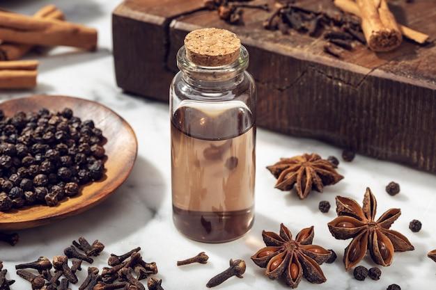 Huile essentielle de graines aromatiques sur une bouteille en verre