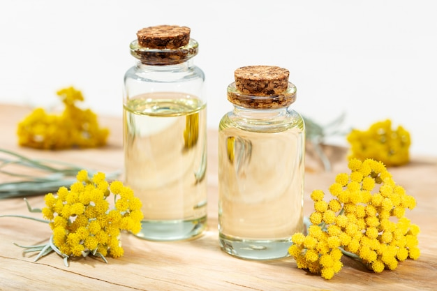 Huile essentielle d'hélichryse dans une bouteille en verre. huile de plantes médicinales