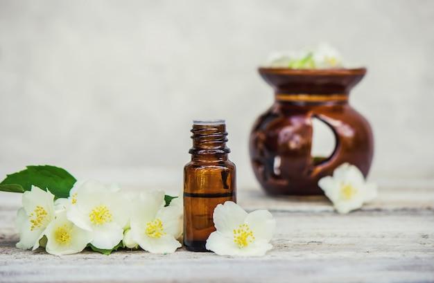 Huile essentielle de jasmin. mise au point sélective. arôme de la nature.
