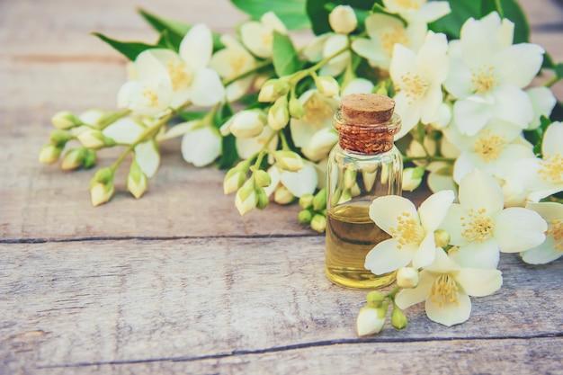 Huile essentielle de jasmin. mise au point sélective. madicine et nature.