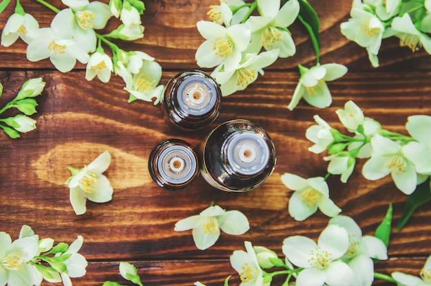 Huile essentielle de jasmin. mise au point sélective. médecine et santé.