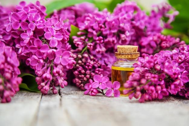 Huile essentielle de lilas dans une petite bouteille. mise au point sélective. nature.