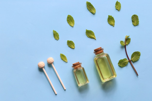 Huile essentielle de menthe poivrée dans des bouteilles en verre