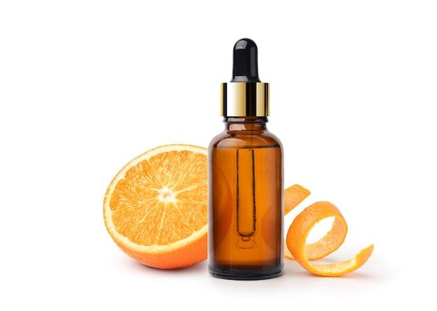 Huile essentielle d'orange aux fruits orange et pelure isolé sur fond blanc.