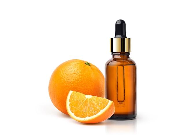 Huile essentielle d'orange aux fruits orange et en tranches isolé sur fond blanc.