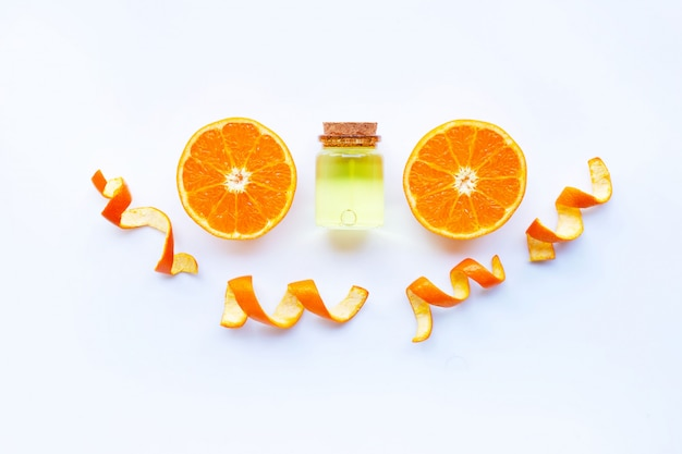 Huile essentielle d'orange sur blanc.