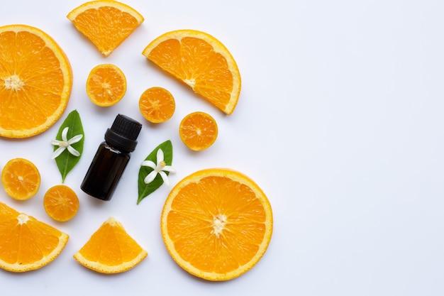 Huile essentielle orange sur fond blanc.