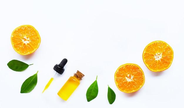 Huile essentielle avec des oranges avec fond
