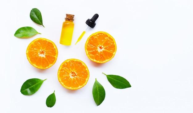 Huile essentielle avec oranges vue de dessus