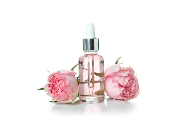 Huile essentielle de rose isolée sur blanc