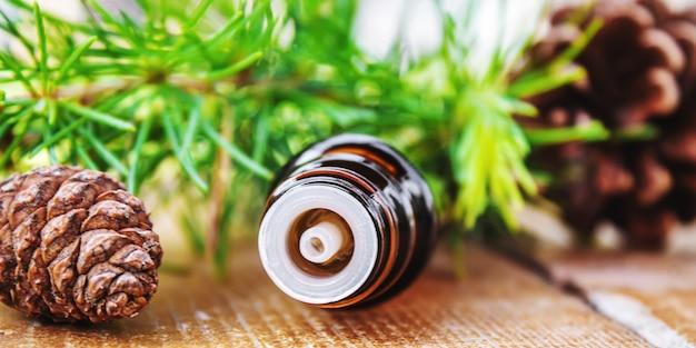 Huile essentielle de sapin en petits flacons. mise au point sélective.nature