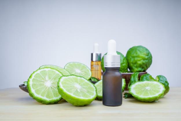 Huile essentielle végétale bio de bergamote, concepts cosmétiques bio.