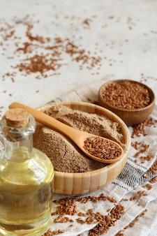 L'huile de graines de lin crues, la farine et les graines se bouchent sur un tableau blanc