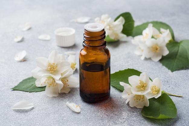 Huile de jasmin aromathérapie à l'huile de jasmin.