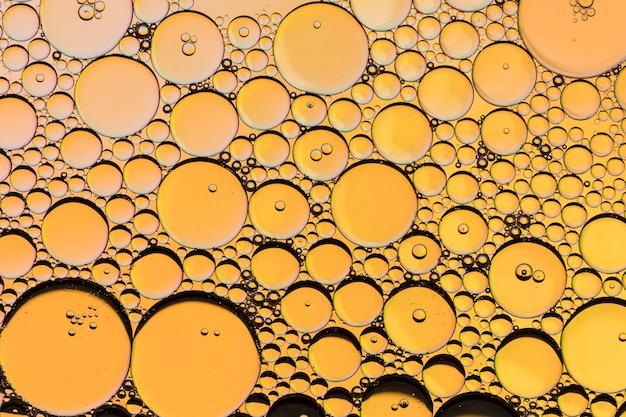 L'huile de nid d'abeille tombe sur le jaune
