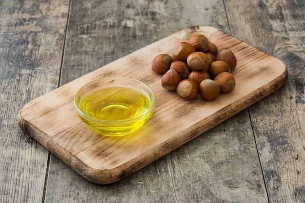 L'huile de noisettes dans une bouteille sur une table en bois