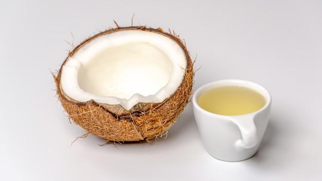 Huile de noix de coco avec une moitié de noix de coco