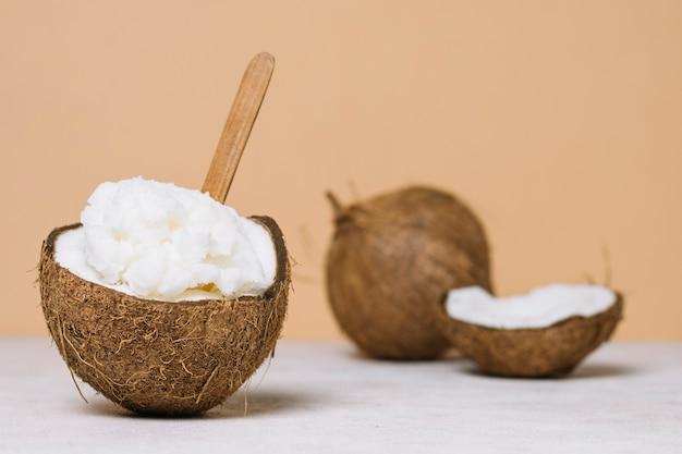 Huile de noix de coco avec noix de coco