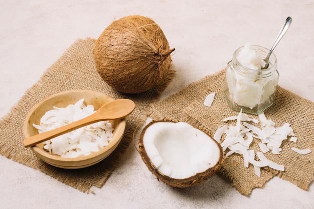 Huile de noix de coco et noix sur des sacs de toile