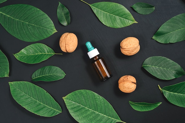 Huile de noix cosmétique et thérapeutique sur fond noir
