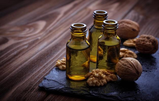Huile de noix en petites bouteilles